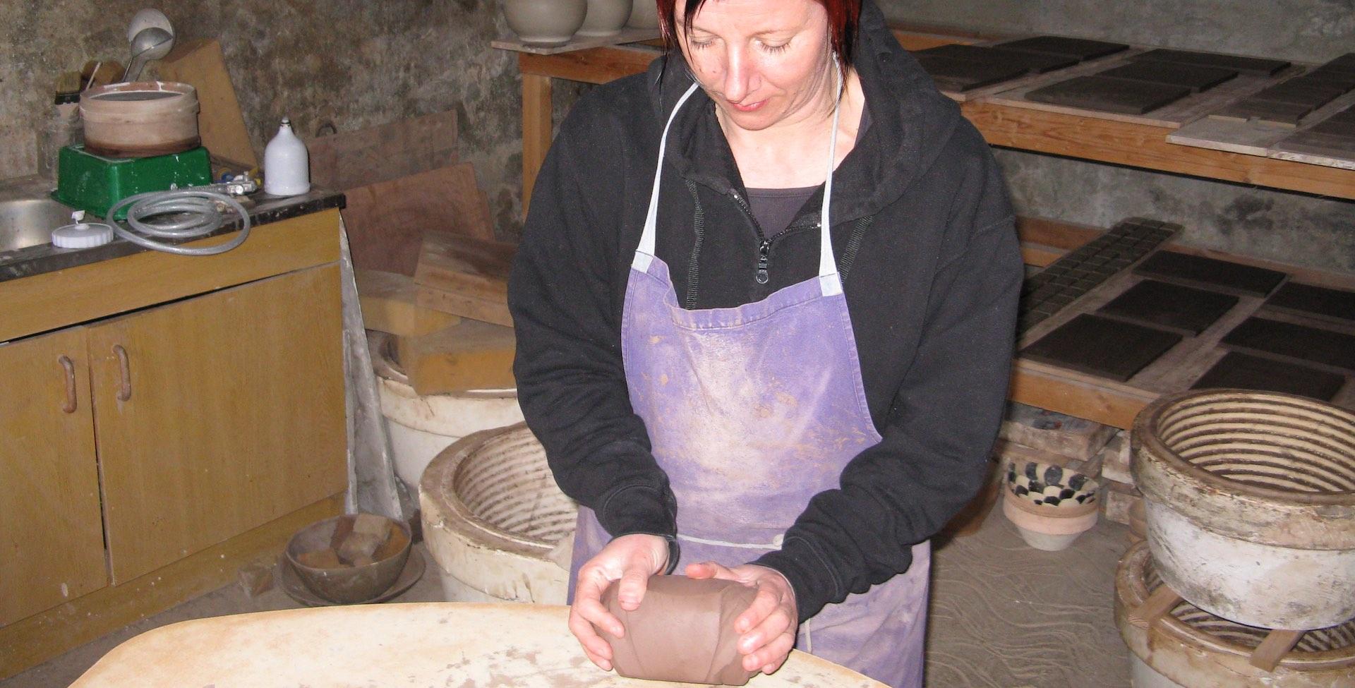 isabelle travaille dans l'atelier